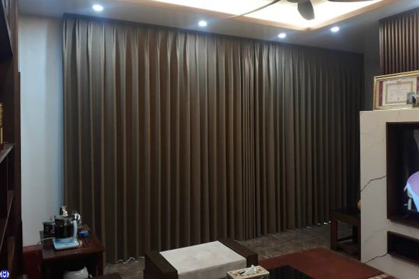 Phối nội thất rèm vải màu nâu tự động chuẩn phong thủy cho gia chủ
