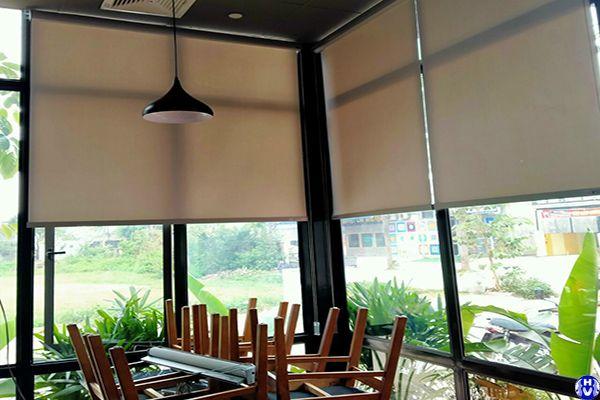 Rèm cuốn cửa sổ giá rẻ lắp quán café tại đường ngụy như kon tum thanh xuân
