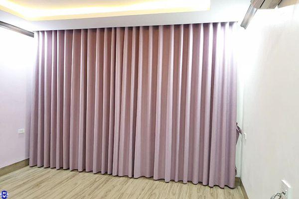Rèm vải 1 lớp cửa sổ màu hồng cánh sen lắp đặt chung cư