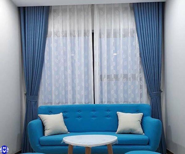 Rèm vải màu xanh phù hợp cho gia đình trong thời tiết mùa hè