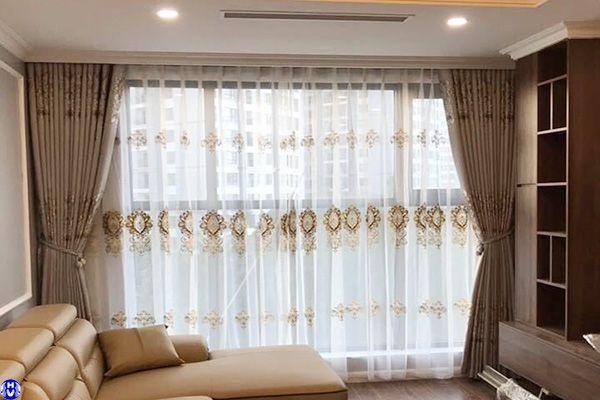 Rèm vải voan hoa văn thêu tô điểm thêm sự sang trọng cho phòng khách