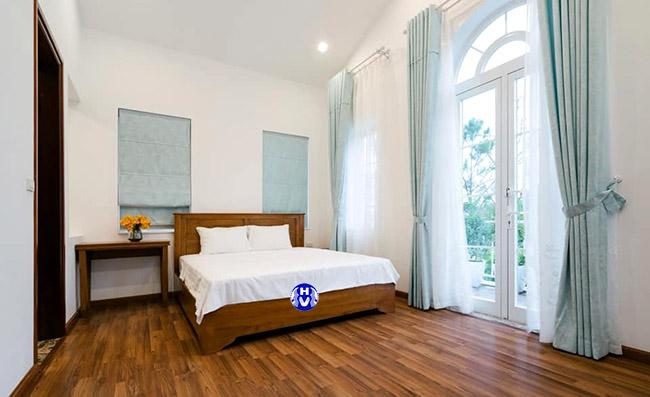 Bộ rèm cửa sổ màu xanh ngọc được tối giản chi tiết mang đến nét thanh nhẹ