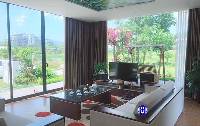 Mẫu rèm cửa sổ phòng khách được lắp tại biệt thự sân vườn ở Long Biên