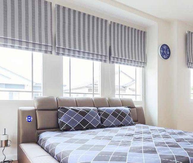 Mẫu rèm cửa sổ thiết kế xếp lớp cùng tông màu với giường ngủ