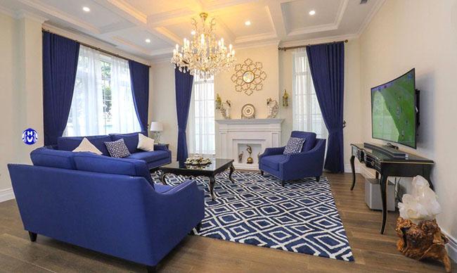 Màu xanh da trời của bộ rèm cửa sổ được thiết kế cùng tone màu sofa