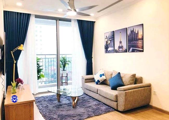 Màu xanh rèm cửa giúp căn phòng dễ chịu hơn
