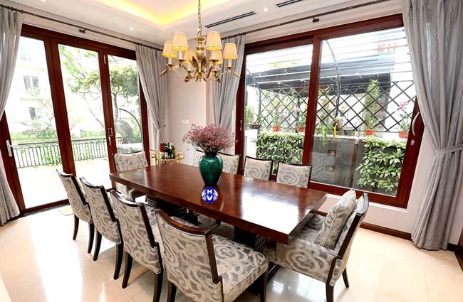 Phòng ăn được thoáng đãng hơn với việc rèm cửa sổ được vén sang hai bên
