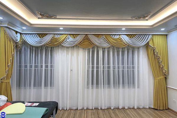 rèm cửa sổ màu vàng thiết kế kiểu yếm vắt sang trọng thi công tả thanh oai