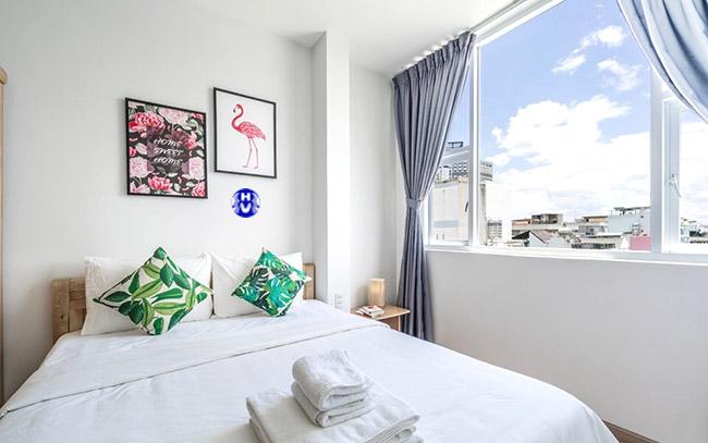 Bộ rèm cửa sổ nhỏ màu xanh da trời tăng sự tinh khiết căn phòng