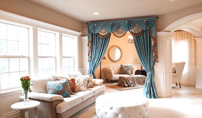 Bộ rèm màu xanh tăng sự cuốn hút cho căn phòng khách