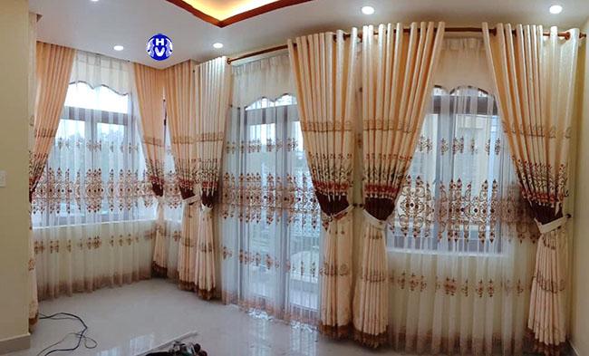 Các kiểu rèm cửa đẹp sẽ xóa đi những đường nét thô kệch cho khung cửa bằng đường nét mềm mại
