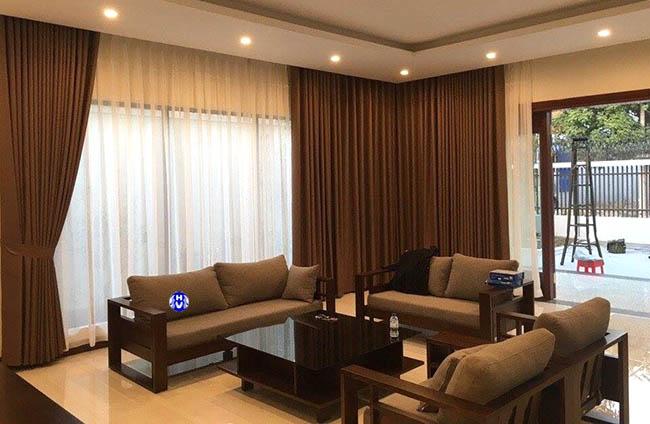 Các mẫu rèm màu nâu được lựa chọn nhiều cho không gian phòng khách