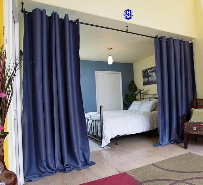 Các sóng rèm ngăn phòng ngủ màu xanh tím than phủ mềm mại