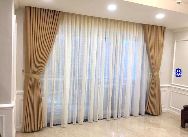Mẫu rèm cửa đẹp được lựa chọn màu sắc hoa văn cẩn thận cho phòng khách