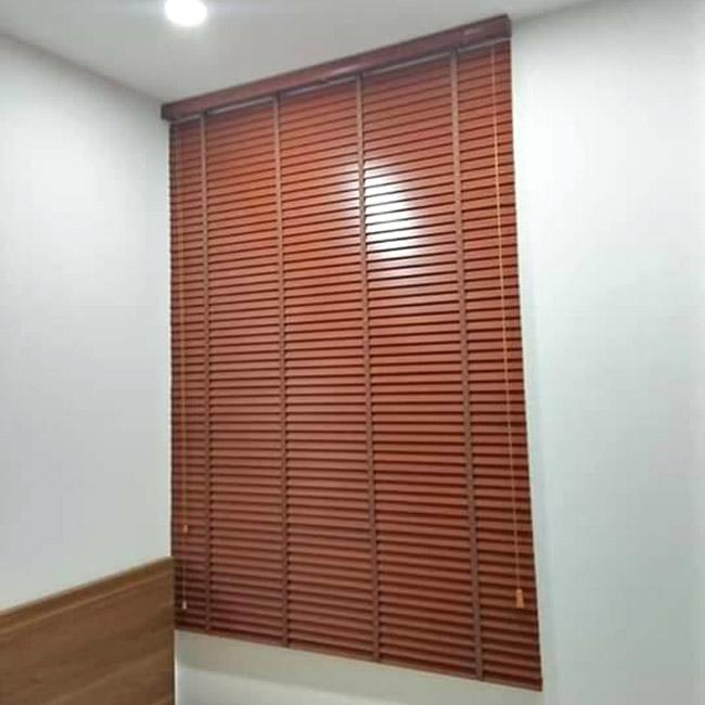 Mẫu rèm lá lật hiện đại cho những căn phòng có hướng cửa đón nhiều ánh sáng lớn