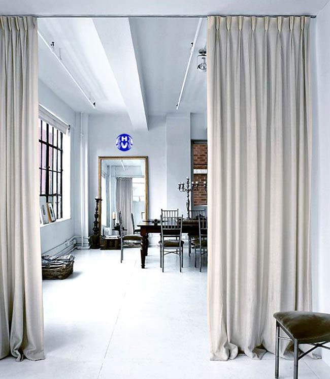 Màu trắng tinh khiết cua bộ rèm ngăn phòng ngủ tạo không gian sáng sủa