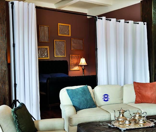 Màu trắng tinh khôi bộ rèm cửa giúp ngăn phòng khách với không gian phòng ngủ