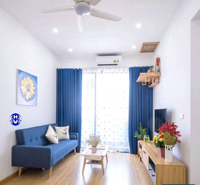 Màu xanh của mẫu rèm cửa mang đến sự hứng khởi hào hứng cho không gian phòng khách hiện đại