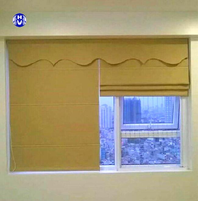 Một trong các kiểu rèm cửa roman thường được may đơn giản
