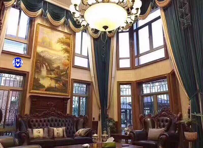 Một trong các kiểu rèm cửa tân cổ điển được thiết kế cho phòng khách