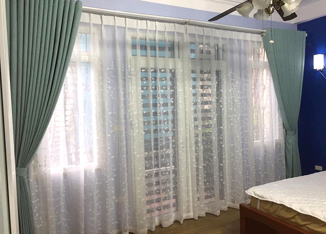 Những điểm xấu xí khung cửa được khéo léo tô điểm bởi mẫu rèm cửa hai lớp màu xanh nhẹ nhàng
