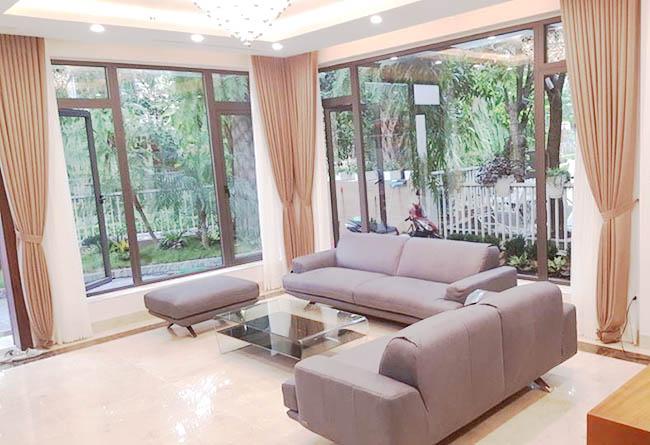 Mẫu rèm cửa phòng khách màu nâu nhẹ nhàng phù hợp với không gian mở