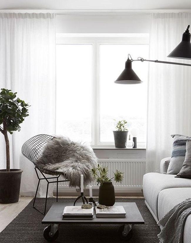Bộ rèm cửa màu trắng làm tăng vẻ đẹp tinh khiết cho căn phòng