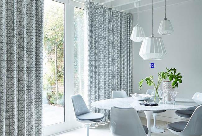 Hoa văn độc đáo từ tấm rèm cửa hiện đại làm cho căn phòng ăn trở lên nhiều màu sắc