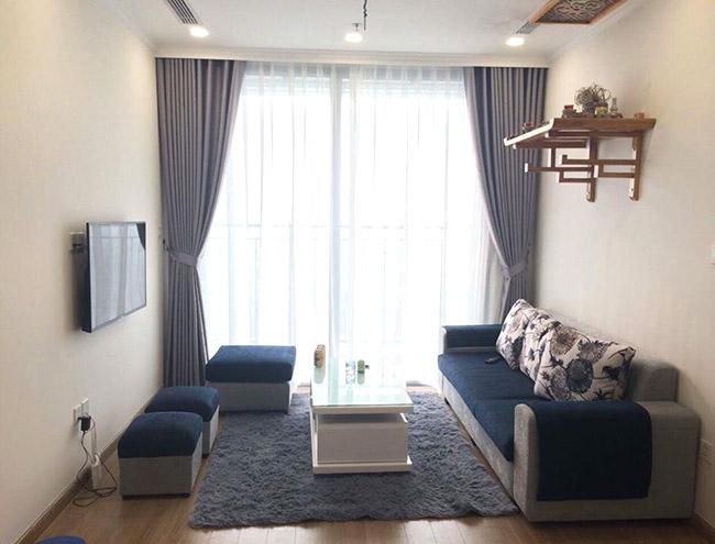 Mẫu rèm cửa hiện đại màu xám giúp cân bằng màu lạnh từ bức tường màu trắng