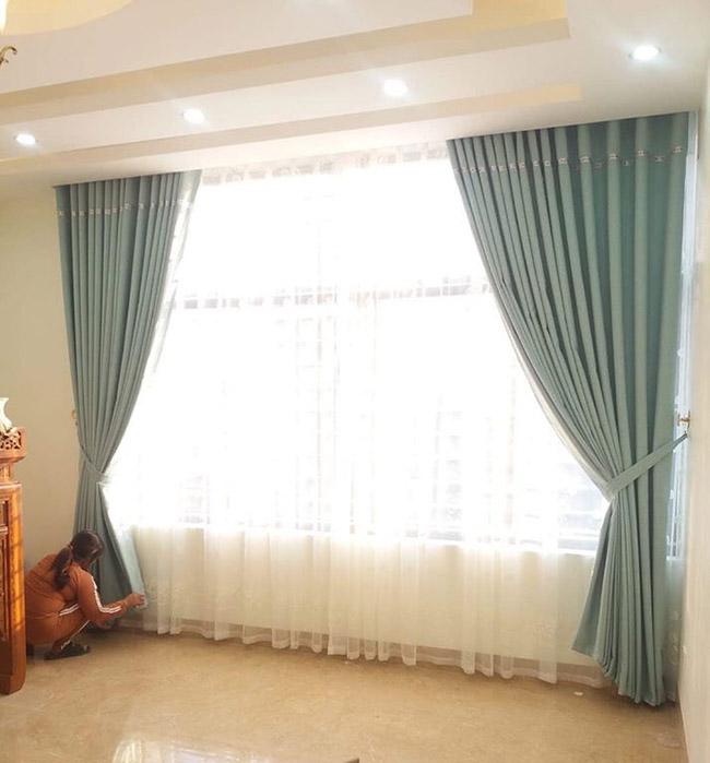 Mẫu rèm cửa màu xanh ngọc mang một sự sống mới cho căn phòng