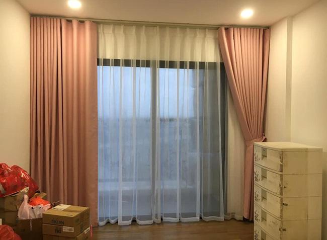 Mẫu rèm cửa sổ màu hồng mang đến sự ấm áp nhẹ nhàng cho căn phòng