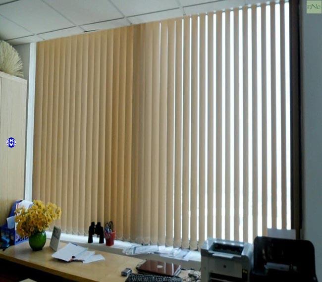 Mẫu rèm dọc lá văn phòng giúp che nắng từ cửa sổ rất tốt