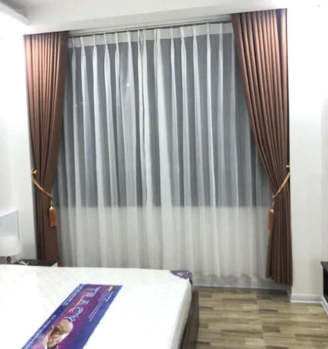 Mẫu rèm hai lớp màu nâu sáng giúp tạo cảm giác yên bình cho phòng ngủ