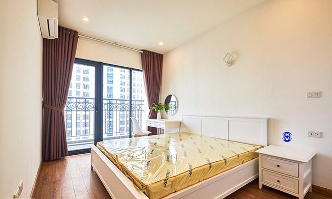 Mẫu rèm màu nâu giúp cho căn phòng có chiều sâu về không gian hình học