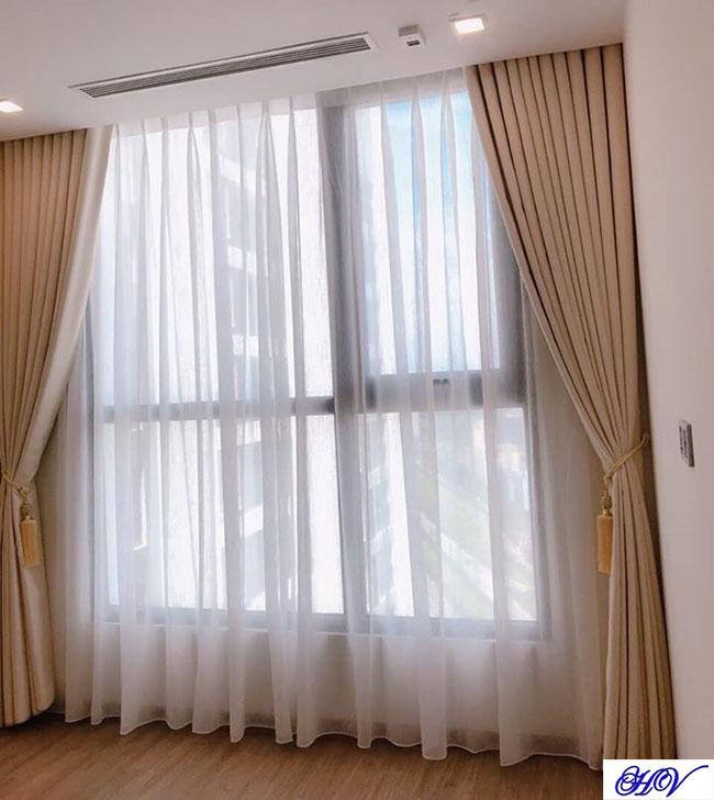 Mẫu rèm vải này phù hợp với mặt sàn gỗ mang lại sắc ấm cho căn phòng