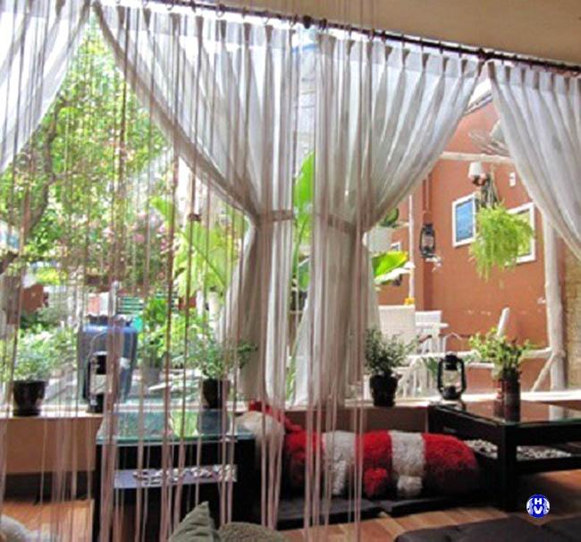 Rèm cửa trang trí trong không gian cafe là điểm nhấn ấn tượng trong tâm trí khách hàng