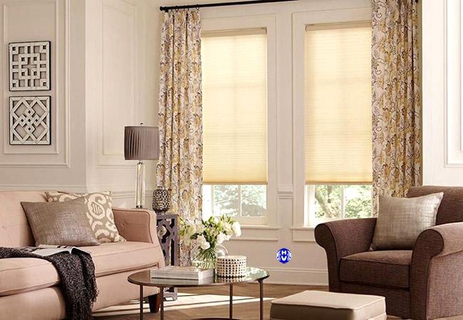 Trong không gian ít tiểu tiết bộ rèm cửa hoa văn như một điểm nhấn sáng cho căn phòng