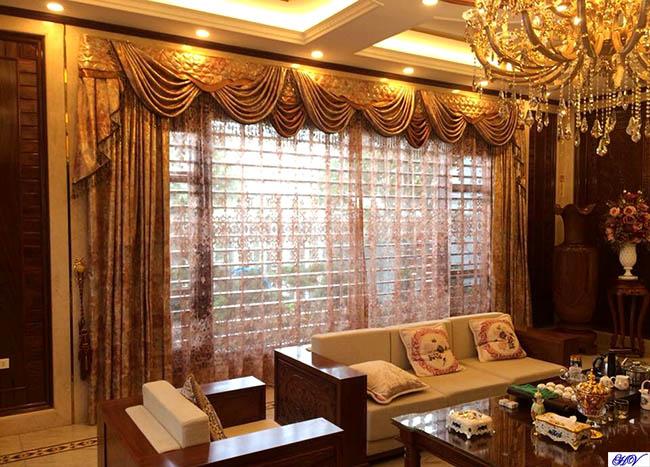 Ánh vàng từ mẫu rèm cửa kết hợp với ánh sáng đèn trùm tạo không khí ấm áp
