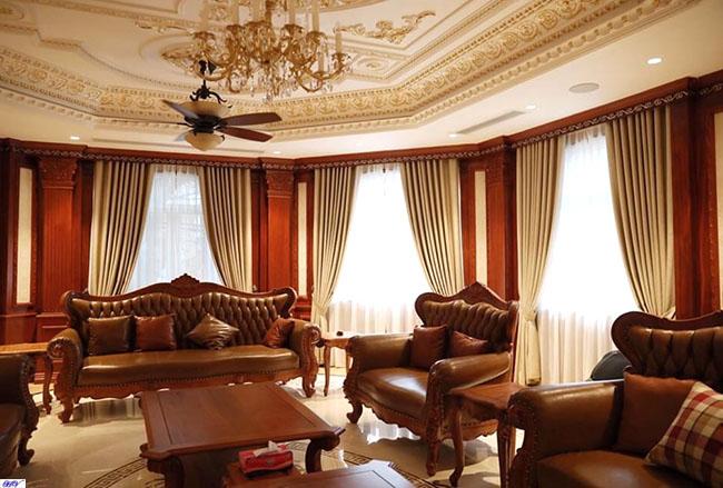 Căn phòng khách sang trọng được kết hợp từ nội thất cùng rèm cao cấp