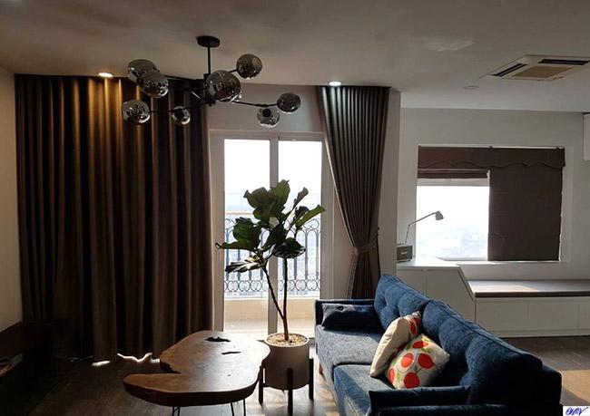 Căn phòng khách sử dụng kết hợp vừa rèm roman vừa rèm ore