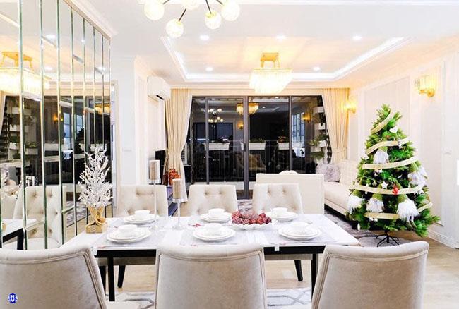 Căn phòng khách trở lên ấm áp hơn nhờ hiệu ứng ánh sáng và màu sắc rèm cửa