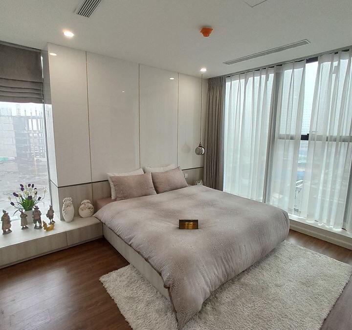 Căn phòng ngủ sử dụng mẫu rèm 2 lớp kết hợp rèm roman