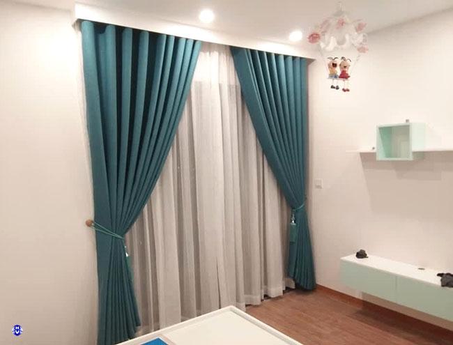 Căn phòng ngủ trở lên yêu thương hơn với bộ rèm vải xanh ngọc bích