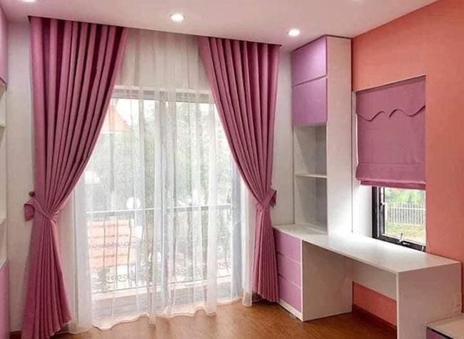 Chủ nhân chọn mẫu rèm màu hồng cho phòng bé gái