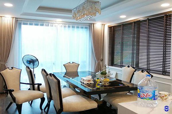 Gu thẩm mỹ rèm cửa kết hợp nội thất hiện đại của gia chủ thể hiện qua mảng màu tương phản