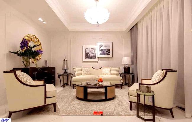Mẫu rèm cửa kết hợp sofa màu kem mang đến cho phòng khách hiện đại không gian đầy ấn tượng