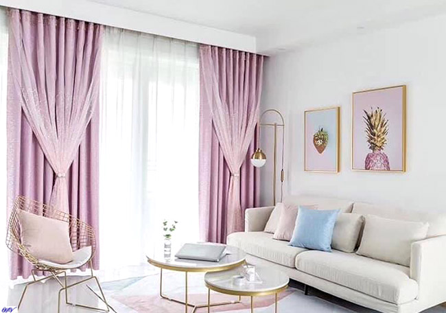 Mầu rèm cửa màu hồng giảm bớt sự nhàm chán cho căn phòng khách