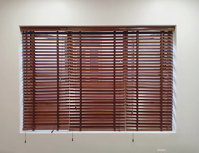 Mẫu rèm sáo gỗ tính theo mét vuông đã bao gồm phụ kiện đi kèm