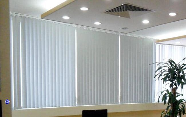 Mẫu rèm lá văn phòng tính dựa trên từng ô cửa kính