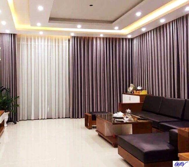 Mẫu rèm phòng khách giúp cân bằng màu sắc trần và sàn nhà